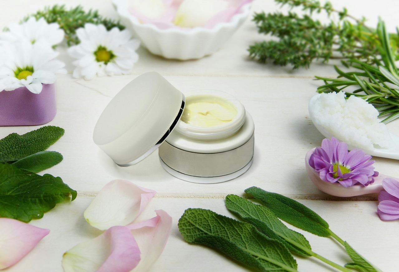 Ochrona skóry przed zimnem i wiatrem – kosmetyki z masłem shea