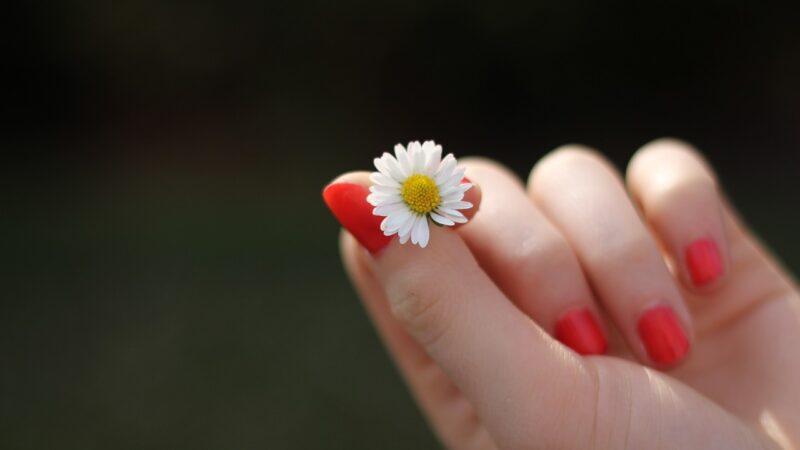 Odżywki z witaminami i keratyną zregenerują zniszczone paznokcie