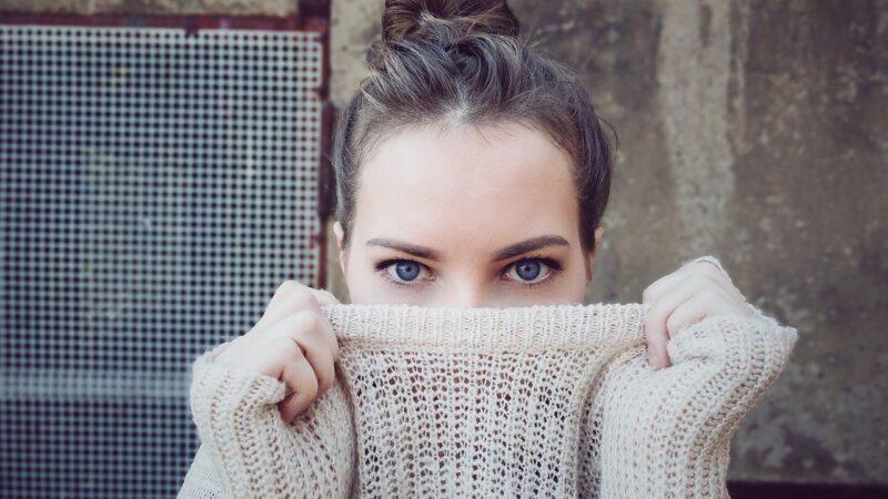 Kilka pomysłów, w jakiej stylizacji z udziałem swetra będzie nam najlepiej i kilka porad na początek, na co zwrócić uwagę przy jego zakupie