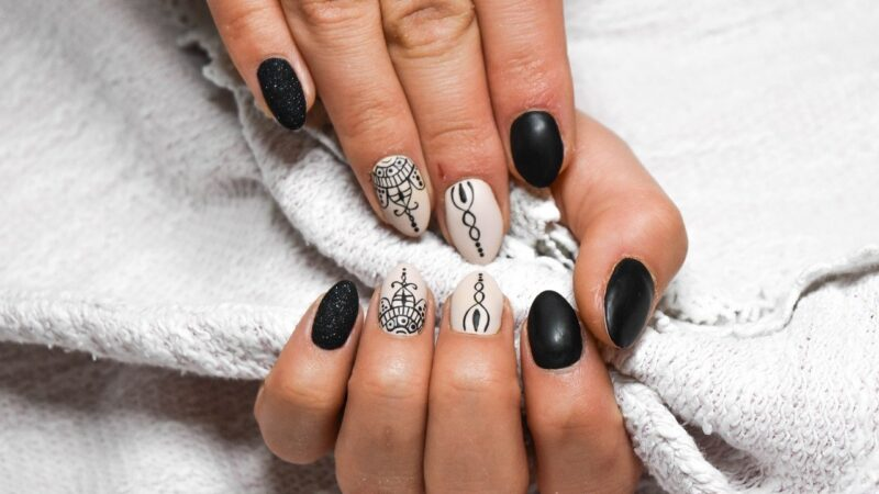 Prosty sposób na efektowne ozdobienie paznokci
