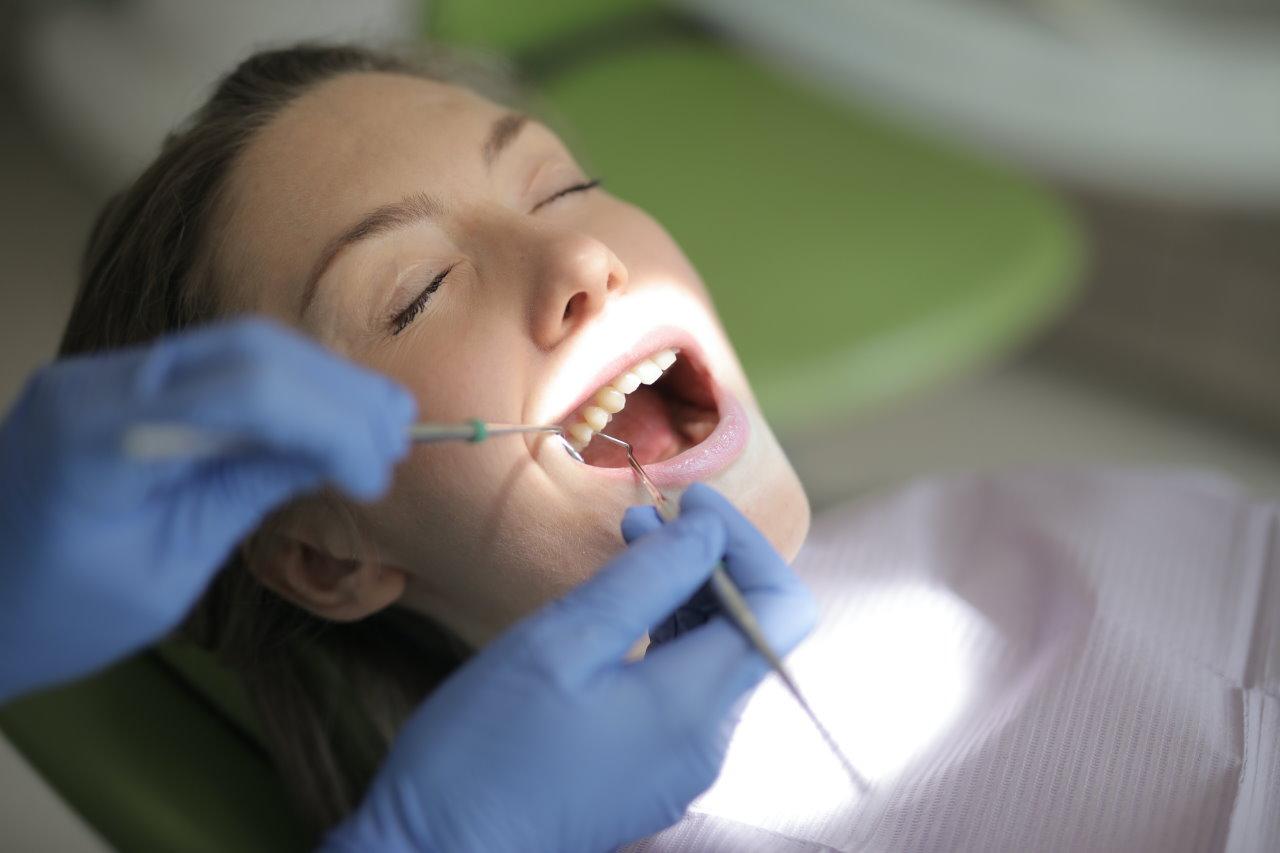 Przegląd jamy ustnej – jak często go wykonywać