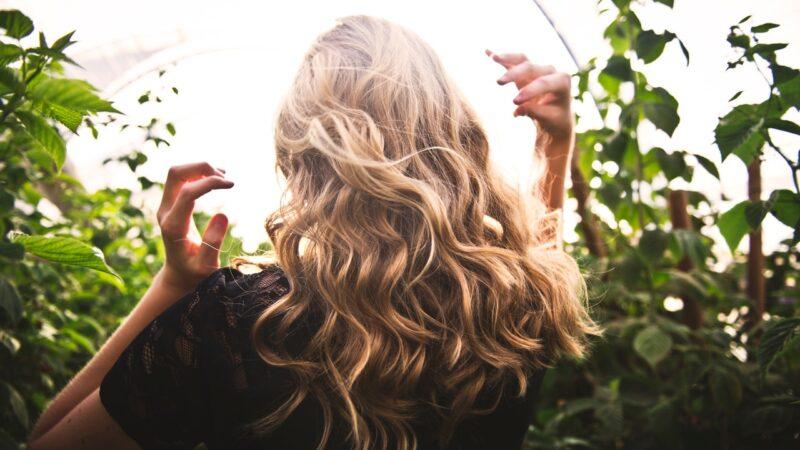 Problemy z włosami po zimie – wypadające, połamane, matowe włosy – dowiedz się,